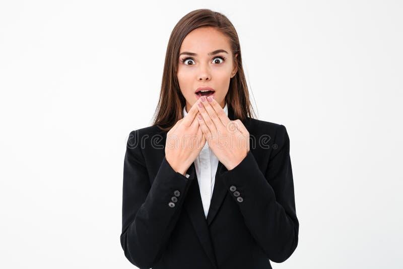Shocked a étonné la position de femme d'affaires d'isolement photos libres de droits