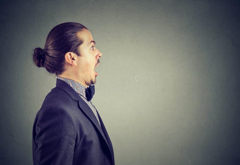 Shocked ошеломлял молодой бизнесмена стоковое фото rf