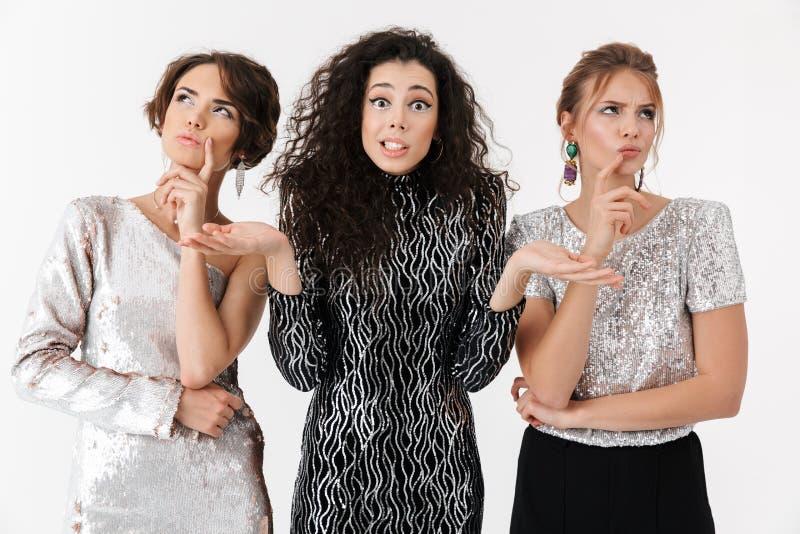Shocked a contrarié la pose d'amies de femmes d'isolement au-dessus du fond blanc de mur sur une partie image libre de droits