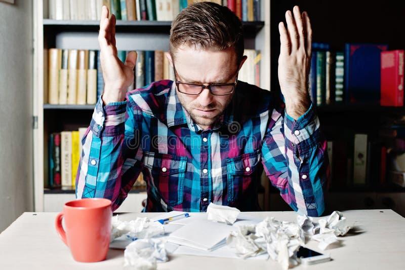 Shocked deslumbró al hombre joven en vidrios y camisa de tela escocesa imagenes de archivo