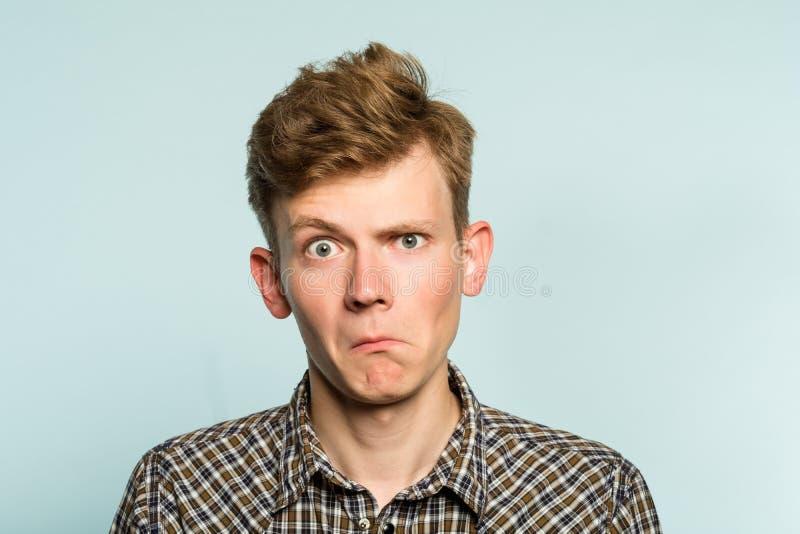 Shocked ha sconcertato l'uomo sconcertante imbarazzato fotografie stock libere da diritti