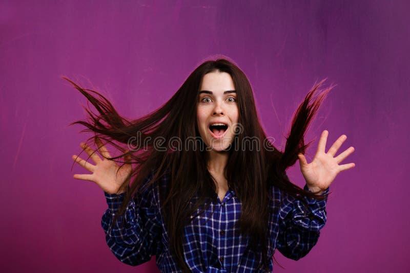 Shocked ha sorpreso i grida della donna dell'eccitazione fotografie stock libere da diritti