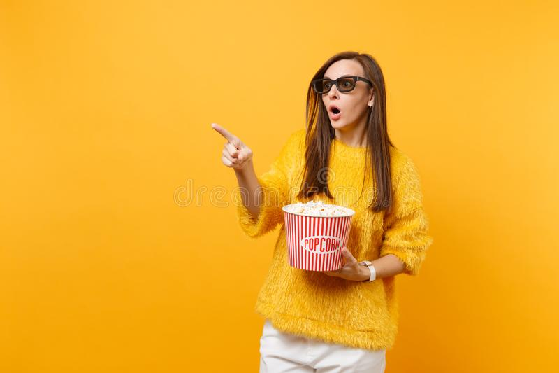 Shocked ha spaventato la ragazza in vetri del imax 3d che indica il secchio di sorveglianza della tenuta del film del dito indice immagini stock