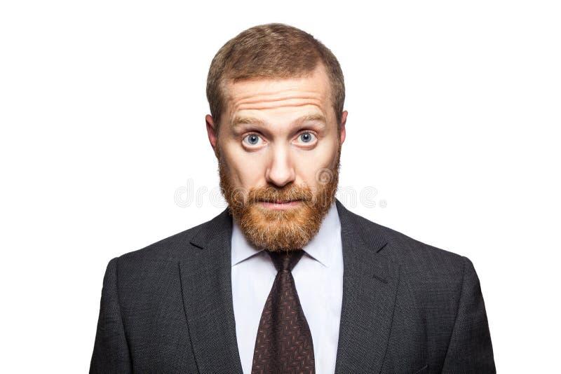 Shocked sorprendió al hombre de negocios que miraba la cámara con los ojos grandes foto de archivo