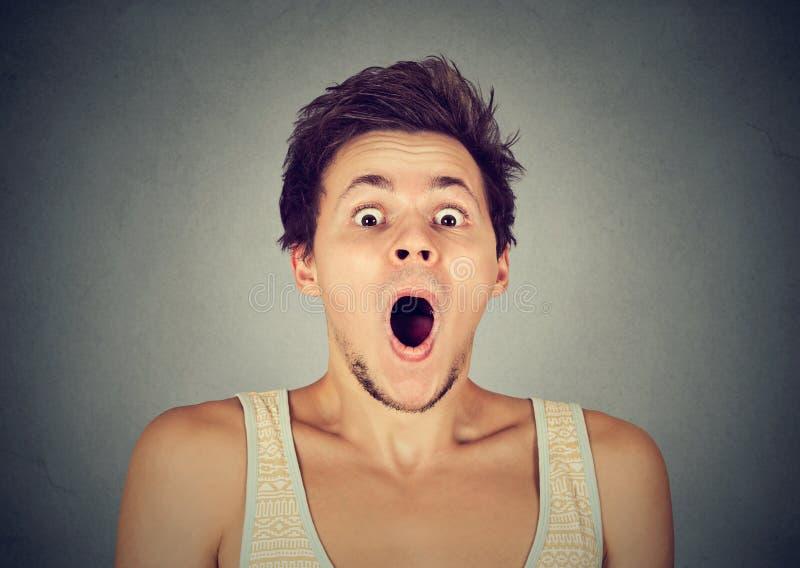 Shocked sorprendió al hombre en incredulidad completa que gritaba fotografía de archivo libre de regalías