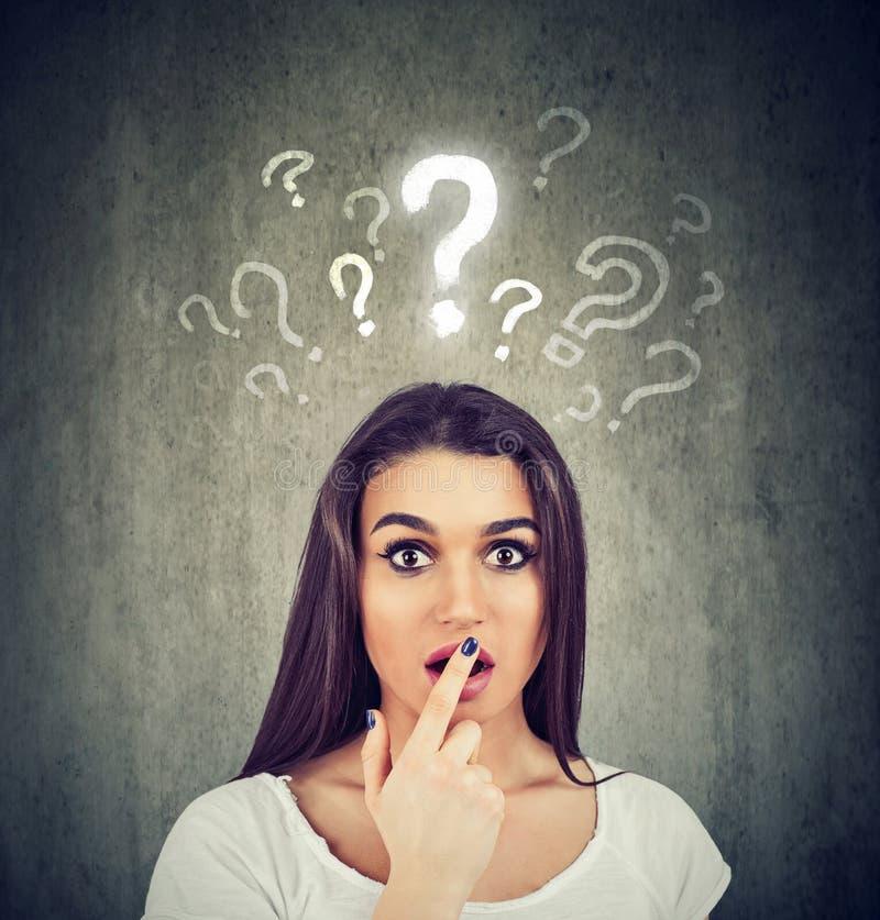 Shocked sorprendió a la mujer con muchas preguntas y ninguna explicación o respuesta foto de archivo