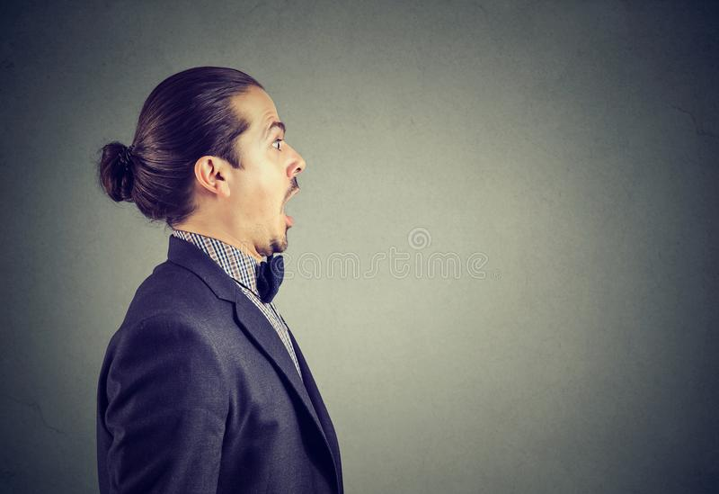 Shocked a stupéfié le jeune homme d'affaires photo libre de droits
