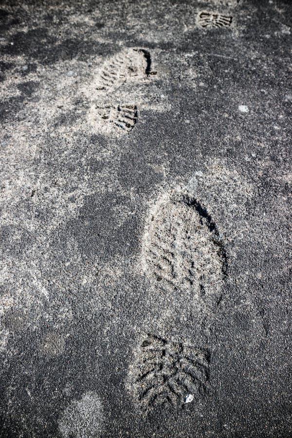 Shoeprint op grijs asfalt wordt gestempeld dat royalty-vrije stock foto's
