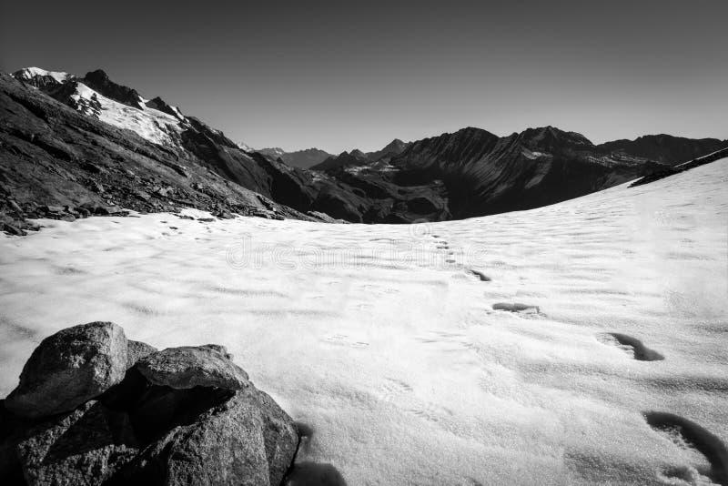 Shoeprints w śniegu na górze obrazy royalty free
