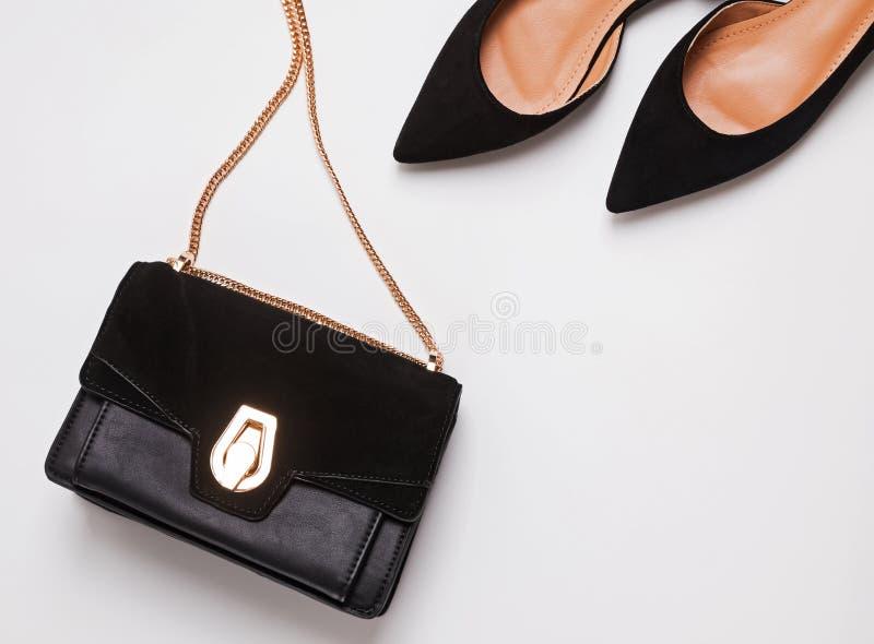 Shoese modern moderiktig kvinnlig mockaskinn och handv?ska med kedjehandtaget p? vit bakgrund arkivbilder