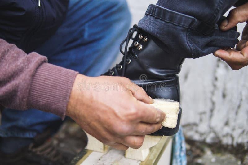 Shoeshine工作者&起动 免版税库存图片