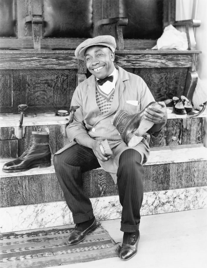 Shoeshine-Mannfunktion und -c$lächeln (alle dargestellten Personen sind nicht längeres lebendes und kein Zustand existiert Liefer lizenzfreies stockfoto