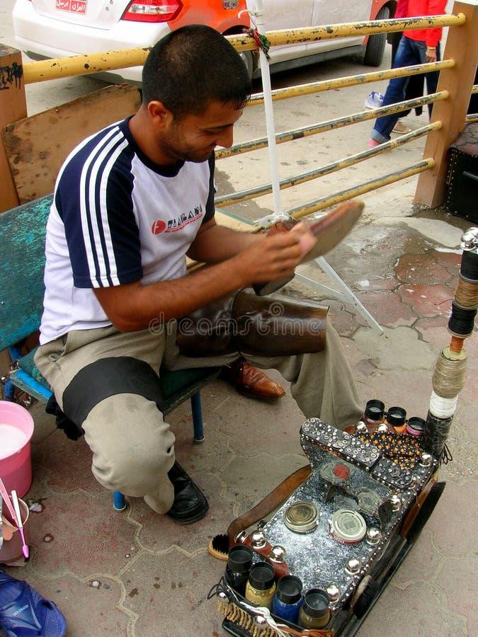 Shoeshiner bei der Arbeit in Erbil, der Irak stockfotos