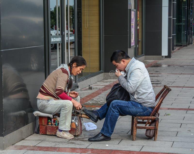 Shoeshiner que pule los zapatos fotos de archivo libres de regalías