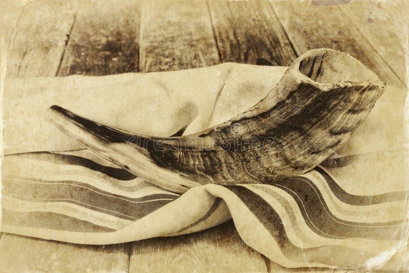 Shofar (κέρατο) στην άσπρη προσευχή talit Δωμάτιο για το κείμενο rosh hashanah (εβραϊκές διακοπές) έννοια παραδοσιακό σύμβολο δια στοκ εικόνες