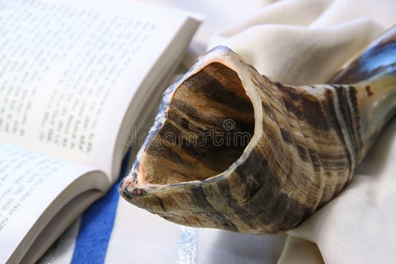 Shofar (chifre) no talit branco da oração Sala para o texto conceito do hashanah do rosh (feriado judaico) símbolo tradicional do fotografia de stock
