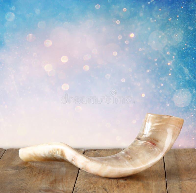 Shofar (Horn) auf Holztisch rosh hashanah (jüdischer Feiertag) Konzept traditionelles Feiertagssymbol lizenzfreies stockfoto
