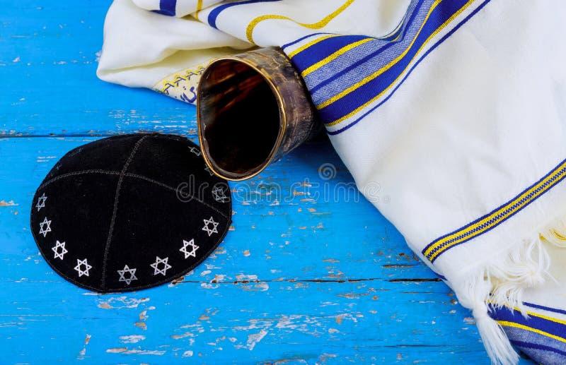 Shofar kippah tallit στην άσπρη προσευχή talit rosh hashanah εβραϊκό διακοπών σύμβολο διακοπών έννοιας παραδοσιακό στοκ εικόνες