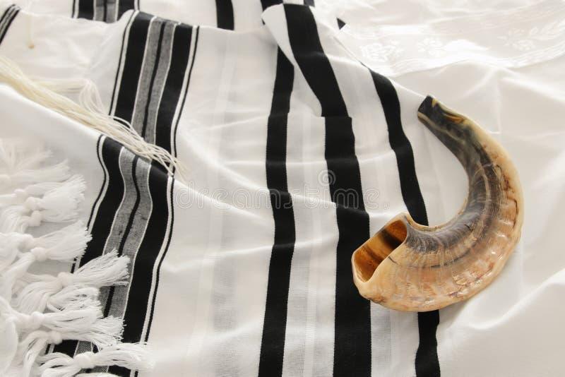 Shofarhorn auf weißem Gebet talit rosh hashanah jüdisches Feiertagskonzept Rosh-hashanah jüdischer Neujahrsfeiertag, Shabbat und stockfotos