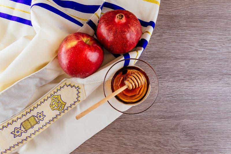 Shofarhorn, weißes Gebet talit und Granatapfel an lokalisiert rosh hashanah jüdisches Feiertagskonzept Traditionelles Symbol lizenzfreies stockbild