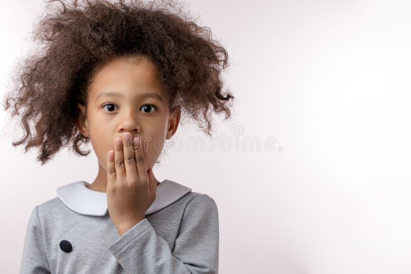 Shoking-Kind mit einer Hand auf dem Mund stockbilder