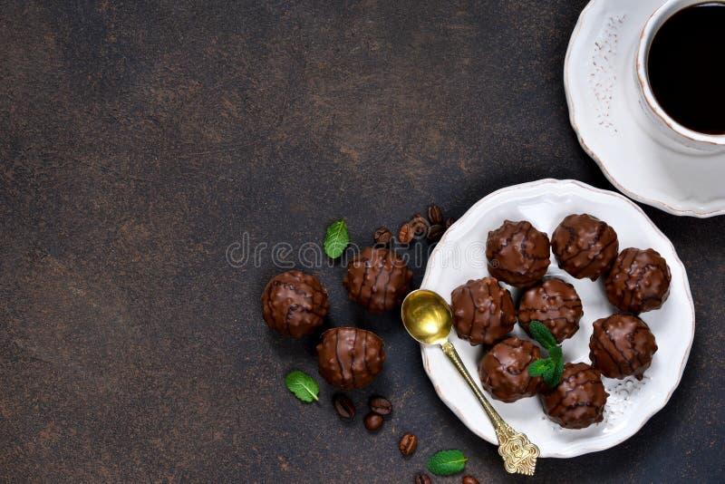 Shonfet del cioccolato con pralina e la menta con una tazza immagine stock libera da diritti