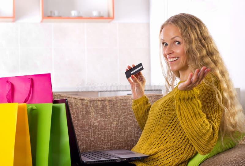 Shooping девушки онлайн с карточкой стоковые изображения rf