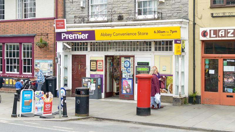 Shop Abbey总理便利商店在格拉斯顿伯里市中心 库存图片