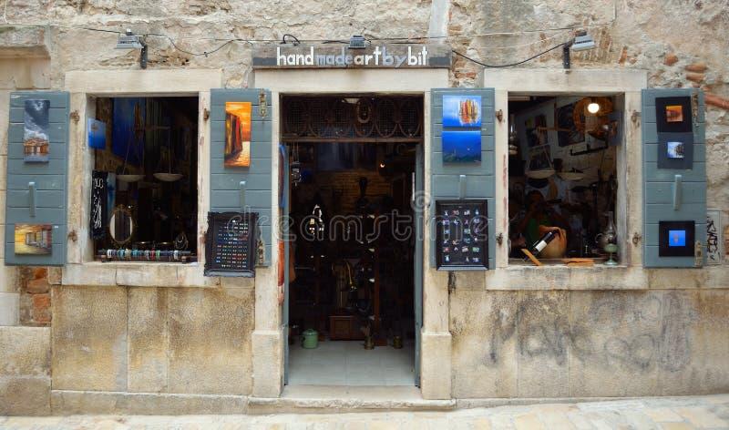 Shop-Front für Künste und Handwerk Rovinj Kroatien lizenzfreies stockfoto
