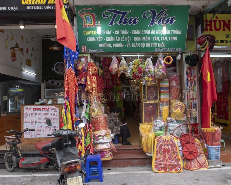 Shop instocked med till salu gods för att fira Tet 2019 i Hanoi, Vietnam arkivfoton