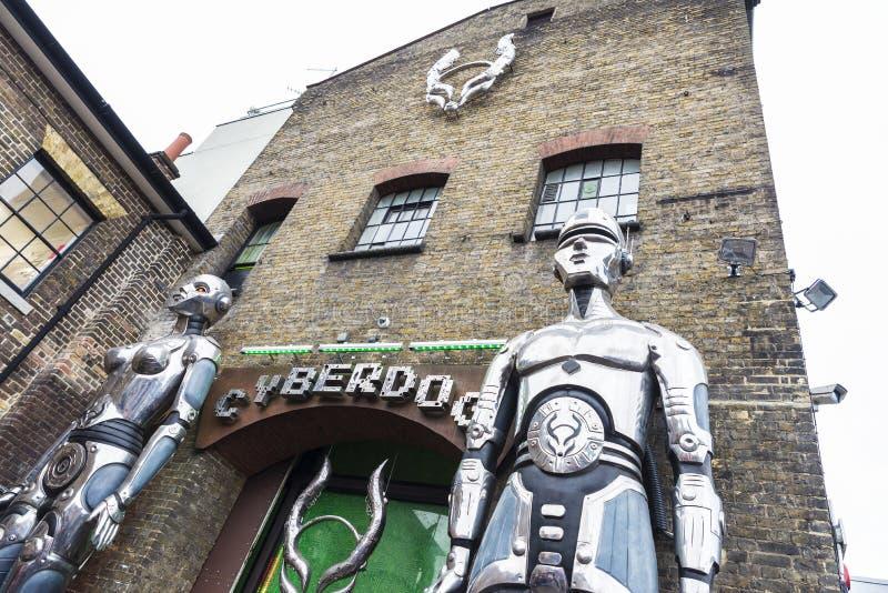 Shop kallade Cyberdog i Camden Market i London, England som förenades royaltyfri fotografi