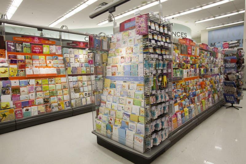Shop mit Grußkarten, Regale lizenzfreies stockbild