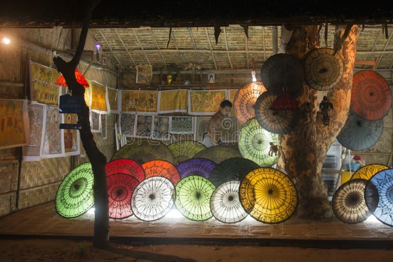 SHOP-REGENSCHIRM ASIENS MYANMAR BAGAN lizenzfreie stockfotografie