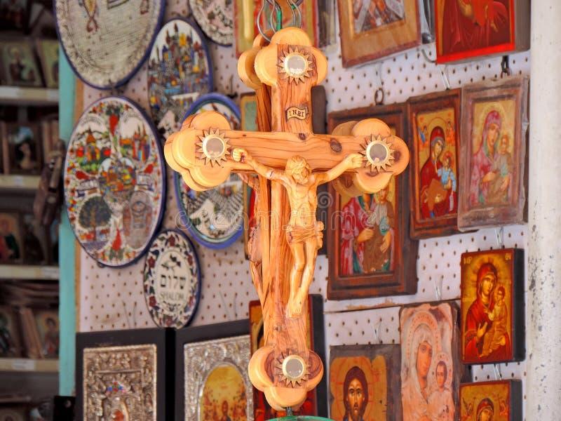 Shop som säljer religiösa souvenir utanför kyrkan av den heliga griften, Jerusalem royaltyfria bilder