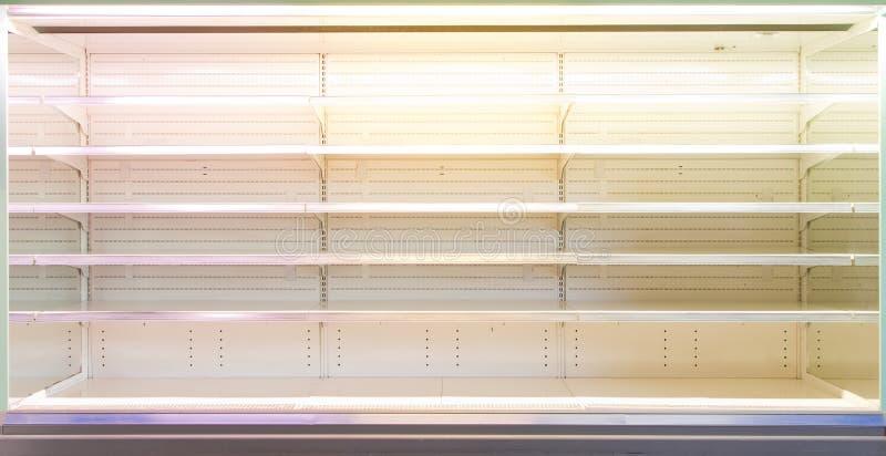 Shop ställer ut med tomma hyllor arkivbild