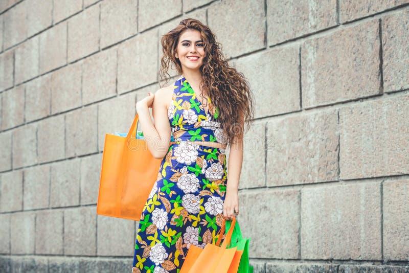 shopaholic Αγάπη αγορών Όμορφη ευτυχής γυναίκα με τις τσάντες στοκ εικόνες