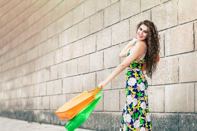 Shopaholic 购物爱 有袋子的美丽的愉快的妇女 免版税图库摄影