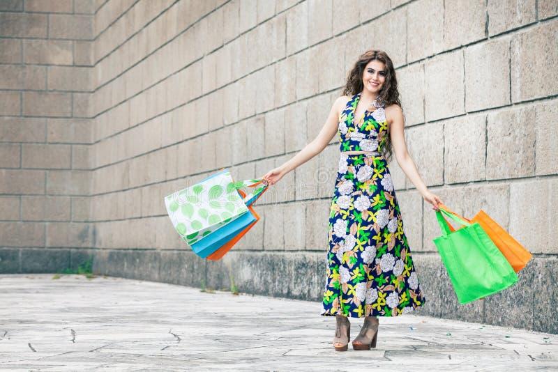 Shopaholic 购物爱 有袋子的美丽的愉快的妇女 库存照片