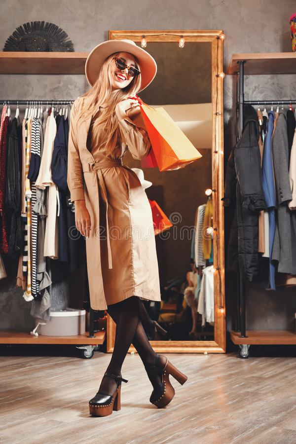 Shopaholic bastante rubio goza el hacer compras en alameda fotos de archivo libres de regalías