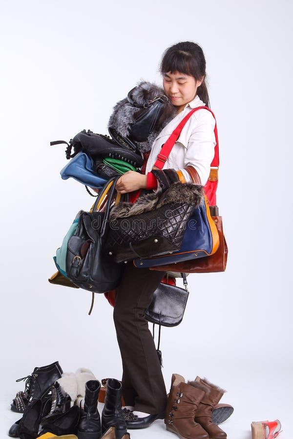 Shopaholic doet de zakken en de schoenen van de hand stock foto's