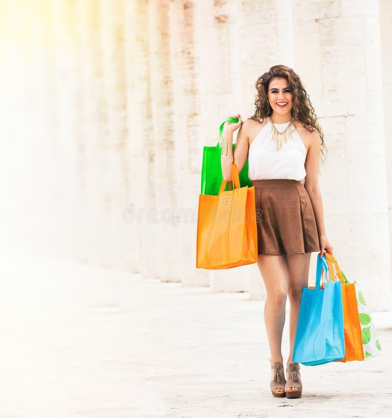 shopaholic Einkaufsliebe Schöne glückliche Frau mit Taschen stockfotografie