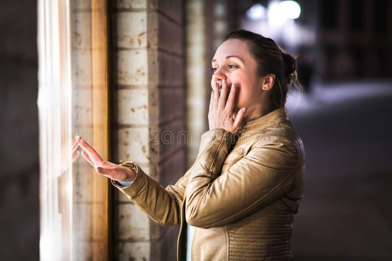Shopaholic fönstershopping Kvinna som beundrar och drömmer arkivbild