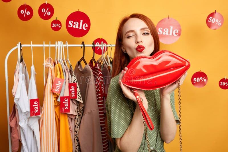 Shopaholic femelle de charme drôle soufflant un baiser image stock