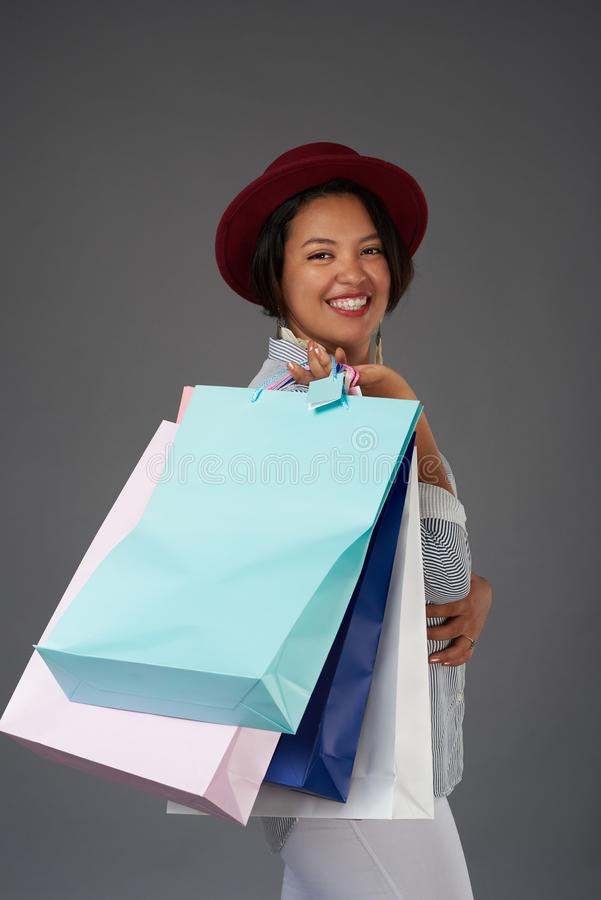 Shopaholic lycklig le kvinna royaltyfria bilder