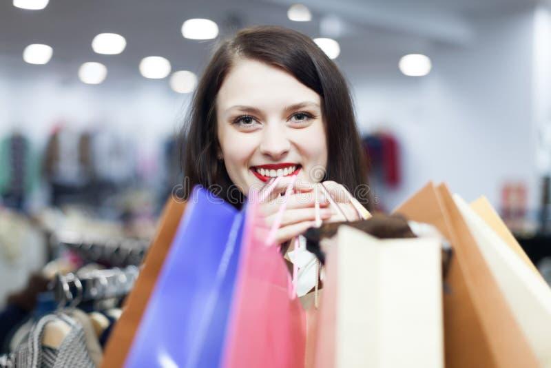 Shopaholic na loja da roupa imagens de stock