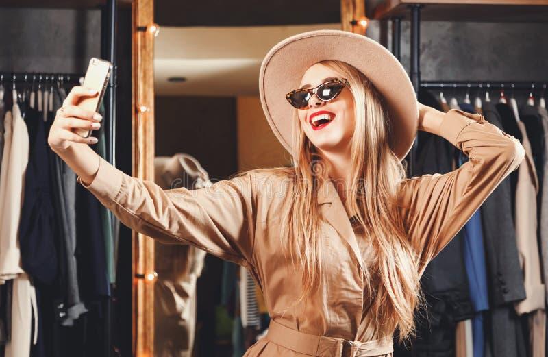 Shopaholic rubio magnífico que hace Selfie foto de archivo