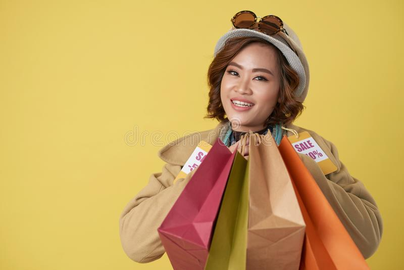 Shopaholic se sentant heureux photo stock