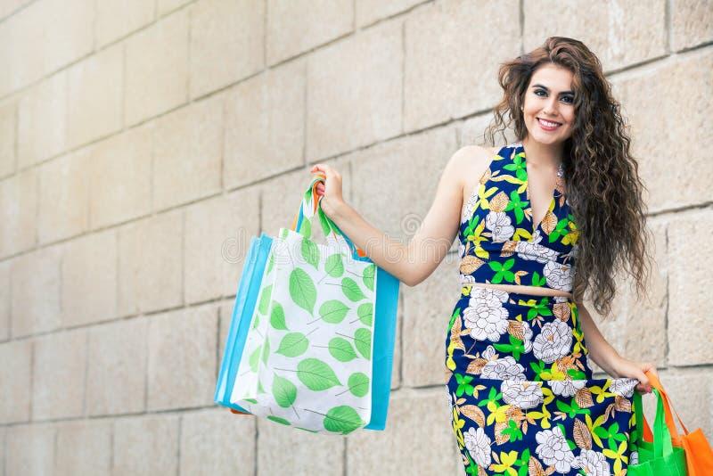 shopaholic Shoppa förälskelse Härlig lycklig kvinna med påsar arkivbilder