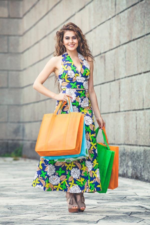 shopaholic Shoppa förälskelse Härlig lycklig kvinna med påsar arkivfoto