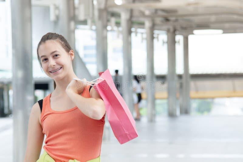 Shopaholic Women holding shopping bags, money, credit card person in winkelcentra Fashionable Woman houdt van online website met royalty-vrije stock foto